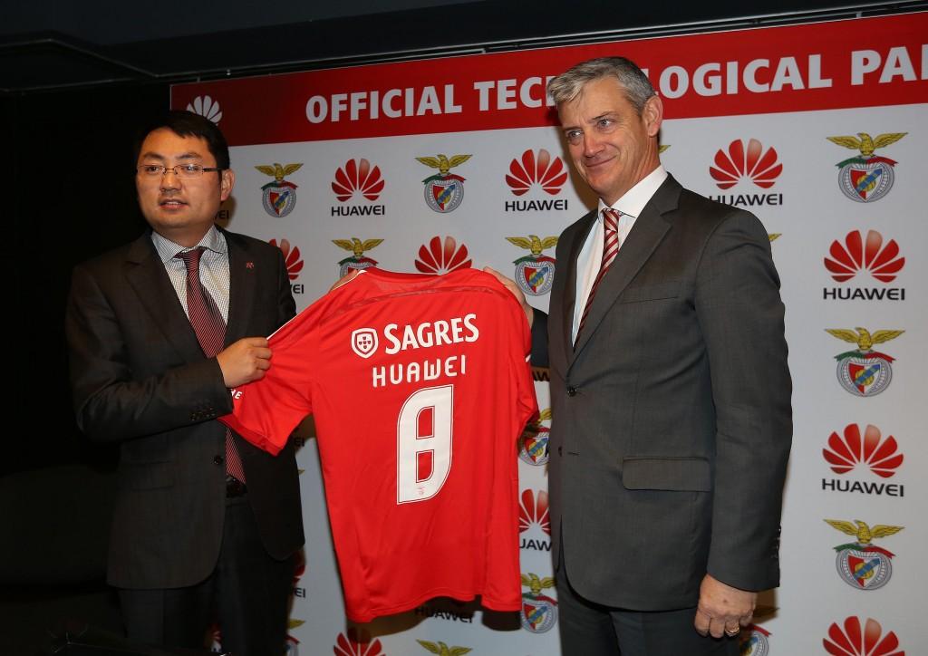 Domingos Soares de Oliveira, CEO de SL Benfica, junto a Walter Ji, CEO de Huawei España y Portugal, durante la presentación del acuerdo en Lisboa (Portugal).